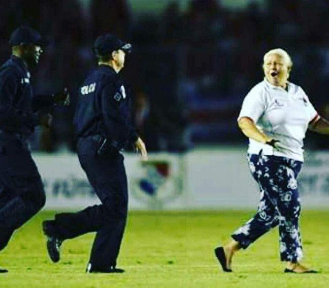 Elida de Mitchell poursuivie par deux policiers lors du match qualificatif contre le Costa Rica.