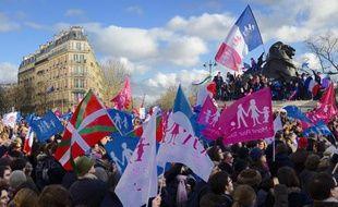 """Des manifestants lors de la """"manif pour tous"""" le 2 février 2014 à Paris"""