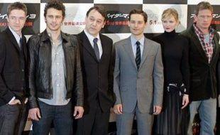 L'équipe de Spider-Man 3 (au centre Tobbey McGuire, Kirsten Dunst et Sam Raimi), lors de l'avant-première mondiale à Tokyo, le 16 avril.