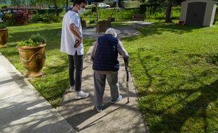 Une pensionnaire d'Ehpad et un soignant. (Illustration)