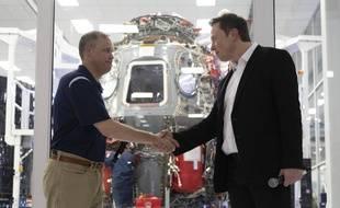 L'administrateur de la NASA, Jim Bridenstine, et Elon Musk, président de SpaceX, devant le vaisseau Crew Dragon.