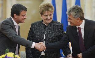 Le ministre de l'Intérieur français, Manuel Valls (G), et son homologue roumain, Mircea Dusa (D), à Bucarest, le 12 septembre 2012.