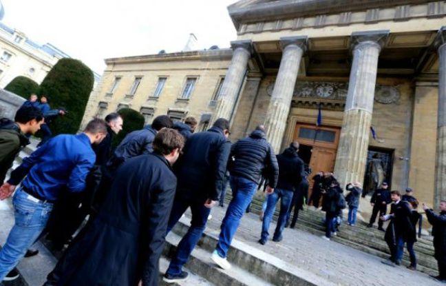 Les supporters de Bastia à leur arrivée au tribunal de Reims pour le procès de è deses leurs pour violences, le 22 mars 2016