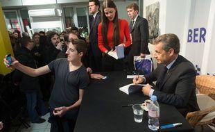 Le président Les Républicains Nicolas Sarkozy en séance de dédicaces, le 26 janvier 2016 à Strasbourg.
