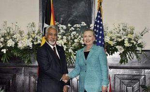 """Les Etats-Unis ne sont pas présents en Asie-Pacifique """"contre un quelconque autre pays"""", a assuré jeudi la secrétaire d'Etat américaine Hillary Clinton lors d'une tournée régionale perçue comme une réponse à l'influence grandissante de Pékin."""