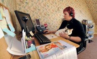 """""""Virgin Mobile bonjour!"""", lance Gaëlle Boissière, qui, chaussons aux pieds et casque vissé sur les oreilles, est salariée chez Webhelp, un centre d'appels qui expérimente le travail à domicile depuis l'été dernier."""