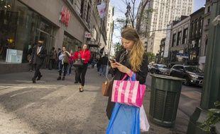 Une femme sur son smartphone,  à New York, en 2015.