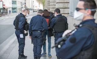 Illustration d'un contrôle de police lié au confinement.