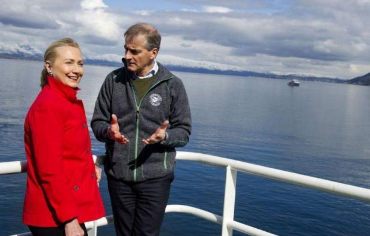 La secrétaire d'Etat américaine Hillary Clinton s'est rendue samedi dans l'océan Arctique pour y examiner les effets du réchauffement climatique, qui aiguise les rivalités de plusieurs pays pour les vastes réserves pétrolières de la région. – Saul Loeb afp.com