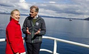 La secrétaire d'Etat américaine Hillary Clinton s'est rendue samedi dans l'océan Arctique pour y examiner les effets du réchauffement climatique, qui aiguise les rivalités de plusieurs pays pour les vastes réserves pétrolières de la région.