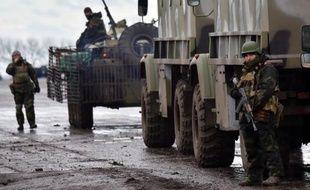 Un convoi de soldats ukrainiens sur la route à Kramatorsk, dans la région de Donetsk, le 24 décembre 2014