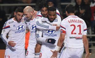 Alexandre Lacazette félicité par ses partenaire après son but contre Reims le 4 décembre 2014.