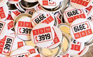 Des badges pour contacter le numéro d'aide des victimes de violences conjugales