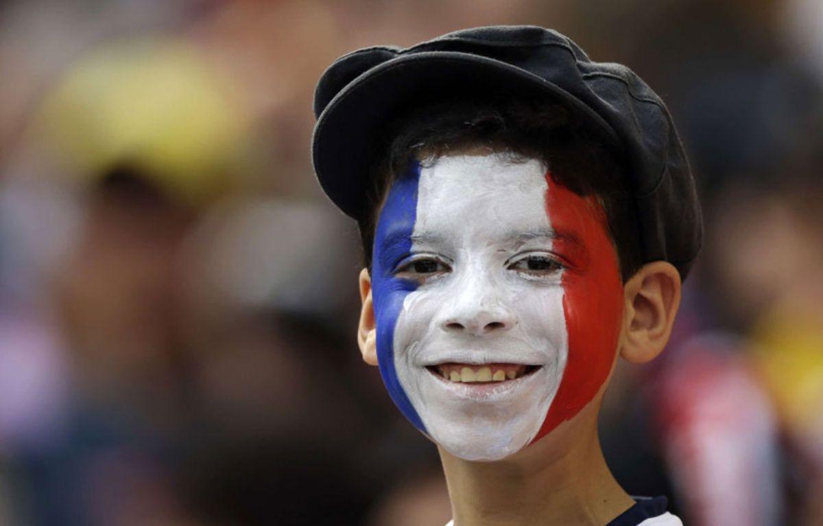 Illustration d'un jeune garçon avec le visage peint aux couleurs de la France. – A.Medichini/AP/SIPA