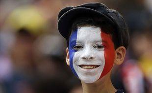 Illustration d'un jeune garçon avec le visage peint aux couleurs de la France.