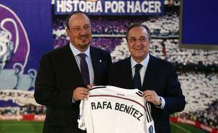 Rafael Benitez pose avec Florentino Perez lors de sa présentation le 3 juin 2015.