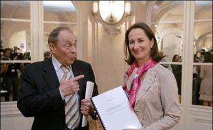 """L'ancien Premier ministre Michel Rocard confirme, dans un entretien à Paris-Match à paraître jeudi, avoir demandé à Ségolène Royal de retirer sa candidature à l'élection présidentielle de 2007  pour prendre sa place, au motif qu'""""elle était fichue""""."""