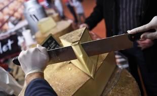 Illustration d'une personne tranchant du fromage, ici lors du Salon de l'agriculture à Paris.