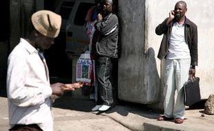 Des hommes téléphone avec leur portable à Soweto en Afrique du Sud le 24 avril 2010.