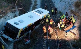 Un bus de la Régie des transports de Marseille (RTM) a chuté samedi soir d'une dizaine de mètres dans l'enceinte du port de la cité phocéenne pour une raison indéterminée, faisant huit blessés, dont trois sérieux, a-t-on appris auprès des marins-pompiers.