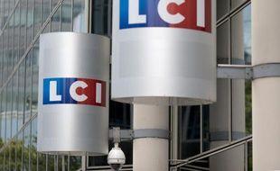 Le logo de la chaîne LCI à l'entrée de la tour de TF1 à Boulogne-Billancourt, au sud-ouest de Paris, photographié le 29 juillet 2014