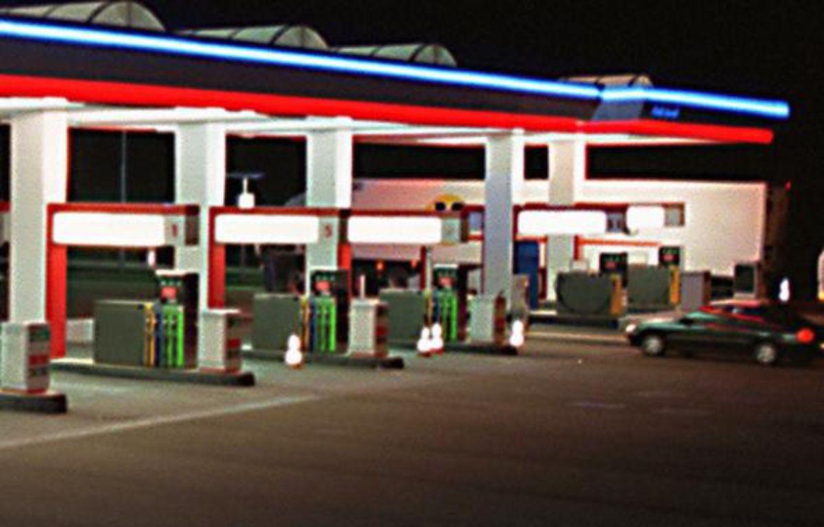Une station essence sur l'autoroute A28, près  du Mans, le 11 avril 2001.  – AFP PHOTO/ALAIN JOCARD
