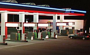 Une station essence sur l'autoroute A28, près  du Mans, le 11 avril 2001.