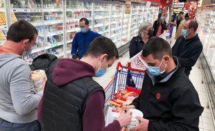 Des agriculteurs ont distribué gratuitement des produits pris dans une grande surface de la région rennaise le 18 décembre 2020.