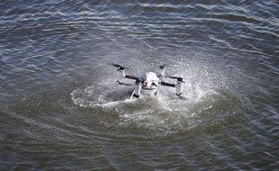 Un drone étanche au dessus de l'eau. (AP Photo/Mel Evans)/NJME101/16175535850186/1606231821