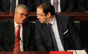 Le Premier ministre tunisien, Youssef Chahed (à droite), en discussion avec le ministre de la défense Abdelkrim Zbidi, le 6 septembre 2017 peu après un remaniement ministériel qui a actoryé des postes clés à d'anciens ministres du dictateur Ben Ali.