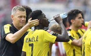 Ousmane Dembélé se rafraîchit lors du match Dortmund-Mainz, le 27 août 2016.