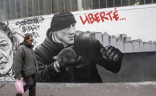 Fresque réalisée à Paris par le collectif Black Lines sur le mouvement des «gilets jaunes» et notamment l'ex-boxeur Christophe Dettinger.