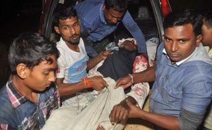 Un homme blessé après l'attaque d'une mosquée chiite au Bangladesh le 26 novembre 2015.
