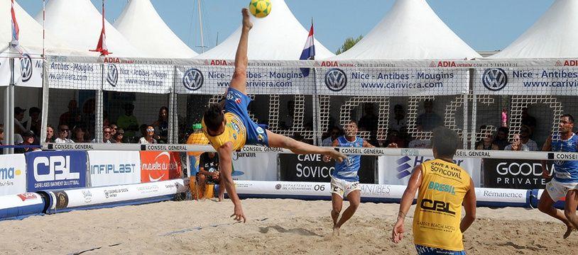 Le foot-volley est un sport qui vient du Brésil.
