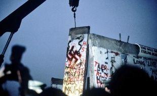 Après les premiers coups de pioche, les bulldozers et les grues ont eu raison du mur.