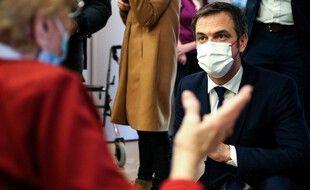 Olivier Véran envisage de rendre la vaccination obligatoire pour les soignants en Ehpad