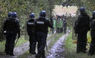 Trois personnes ont été interpellées jeudi dans le cadre de nouvelles évacuations de maisons squattées par des opposants au projet d'aéroport à Notre-Dame-des-Landes au nord de Nantes, selon la préfecture de Loire-Atlantique.