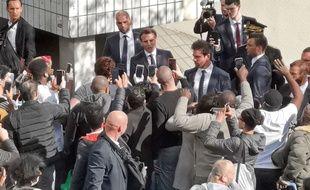 Pas de distanciation sociale pour Emmanuel Macron lors d'une visite d'un centre médical à Pantin, le 7 avril 2020.