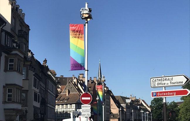 La ville de Strasbourg est pavoisée du drapeau LGBT pour le mois des fiertés.