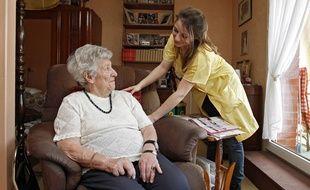 Gisèle et son aide à domicile Mélanie à Lambersart près de Lille.