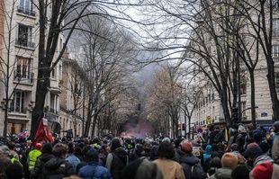 Un feu de voiture déclenché par des casseurs en milieu de cortège, avenue Gambetta à Paris, le 5 décembre 2020.