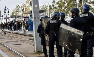 Des lycéens face aux policiers à Bordeaux le 4 décembre 2018, lors du blocage des lycée.