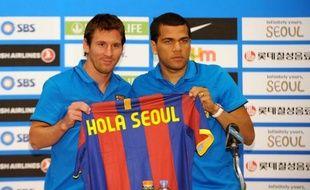 Lionel Messi et Daniel Alves lors d'une conférence de presse à Séoul, le 2 août 2010