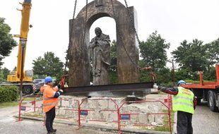 La statue a été déplacée d'une trentaine de mètres.