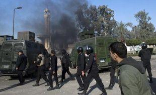 """Un attentat a frappé un bâtiment militaire dimanche en Egypte, la troisième attaque en moins d'une semaine dans un pays toujours plus divisé après la désignation des Frères musulmans du président destitué Mohamed Morsi comme """"organisation terroriste""""."""