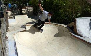 """Romain Covolan skate dans son """"Covoland"""", le skatepark qu'il a fabriqué de ses mains dans son jardin à Sainte-Geneviève des Bois (91)."""