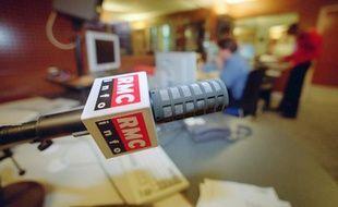Dans les locaux de la station de radio RMC.