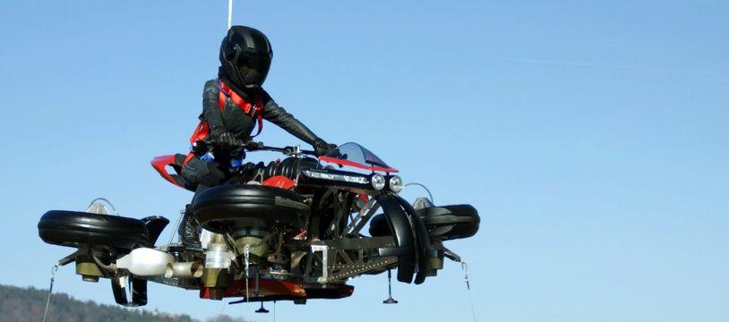 La Lazareth LMV 496 peut rouler sur la route et se transformer en drone avec une autonomie d'une dizaine de minutes en vol.