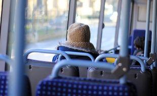 Illustration d'une personne à bord d'un bus, ici à Rennes.