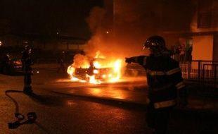 Avec 445 véhicules incendiés recensés à 6H00, contre 372 durant la même période l'an dernier, la nuit de la Saint-Sylvestre a enregistré une hausse de 19,62% des voitures brûlées mais aucun incident majeur n'est déploré par le ministère de l'Intérieur, selon un bilan provisoire.